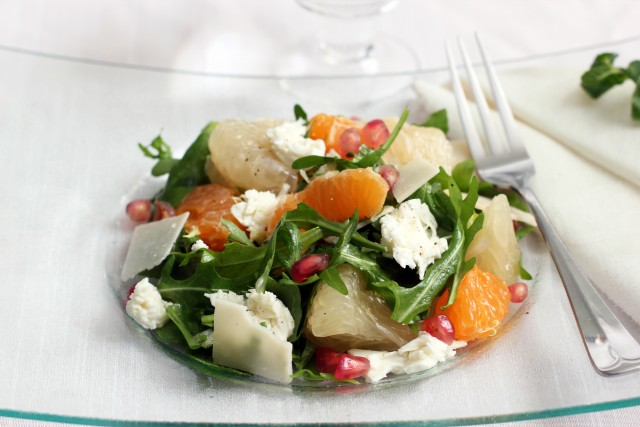 salat-iz-pamello-apelsinov-rukolly-motsarelly