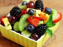 fruktovyy-salat-s-yagodami-v-medu