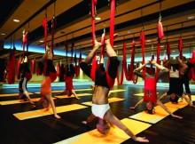antigravitatsionnay-yoga-v-gamake-vozdukhe