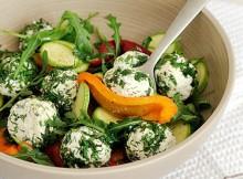 salat-is-svezhih-kabachkov-pertsa--syra-brynzy