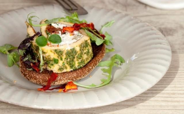 omlet-s-nachinkoy-iz-brynzy-zeleni-poleznyy-zavtrak